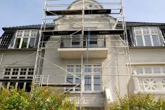 huset set fra fronten med stillads opsætning