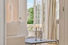 Villa i Ryvang med dejlig sofabord og stearinlys i hvide lyse farver
