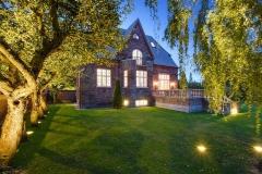 Villa i ryvang. indbygget lys i haven oplyser have og træerne