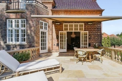 Dejlig stor sten terrasse med plads til have -og liggestole