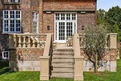 Terrasse bygget i mursten med lækker trappe ned til haven